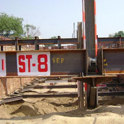 在建设中的地铁站的支柱